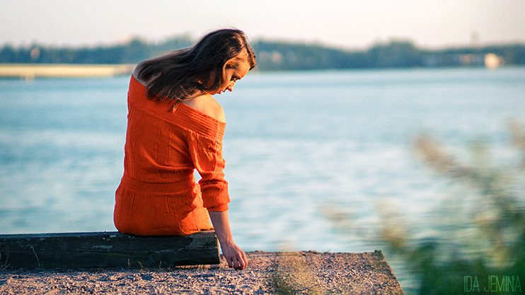 oranssi-mekko-rannalla