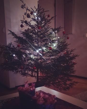 Ihan ite jouluhössötin ja hain metistä kuusen itelleni ja annoin sen olla melkein viikon ilman koristeita tuossa noin. Koristelin sit ku oli aikaa :)