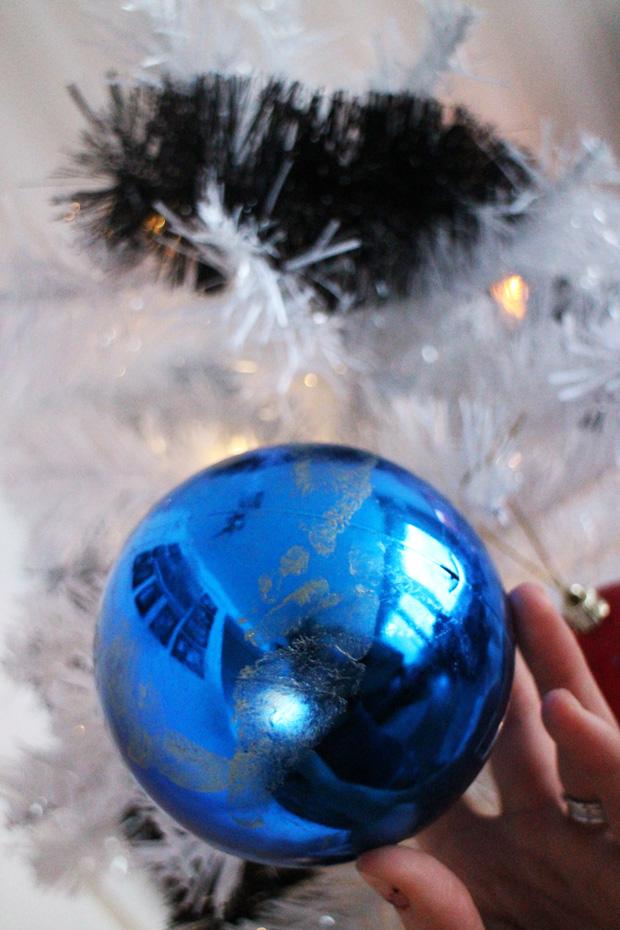 Tämä ostettiin viime jouluna. Palloon on painettu Eetun jalka, niin pieni <3.