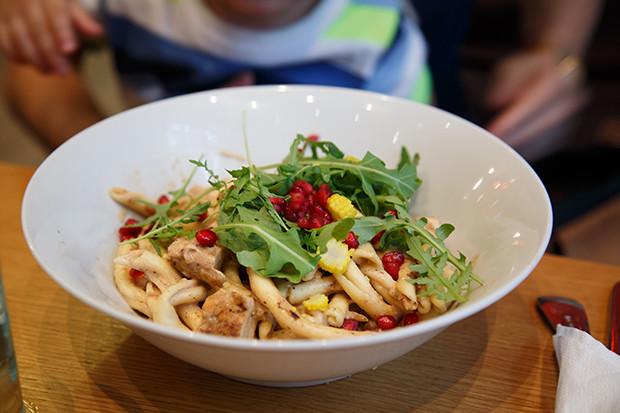 Kana-pastaa jossa granaattiomenan siemeniä, törkeen hyvää!Yksi parhaista ruuista