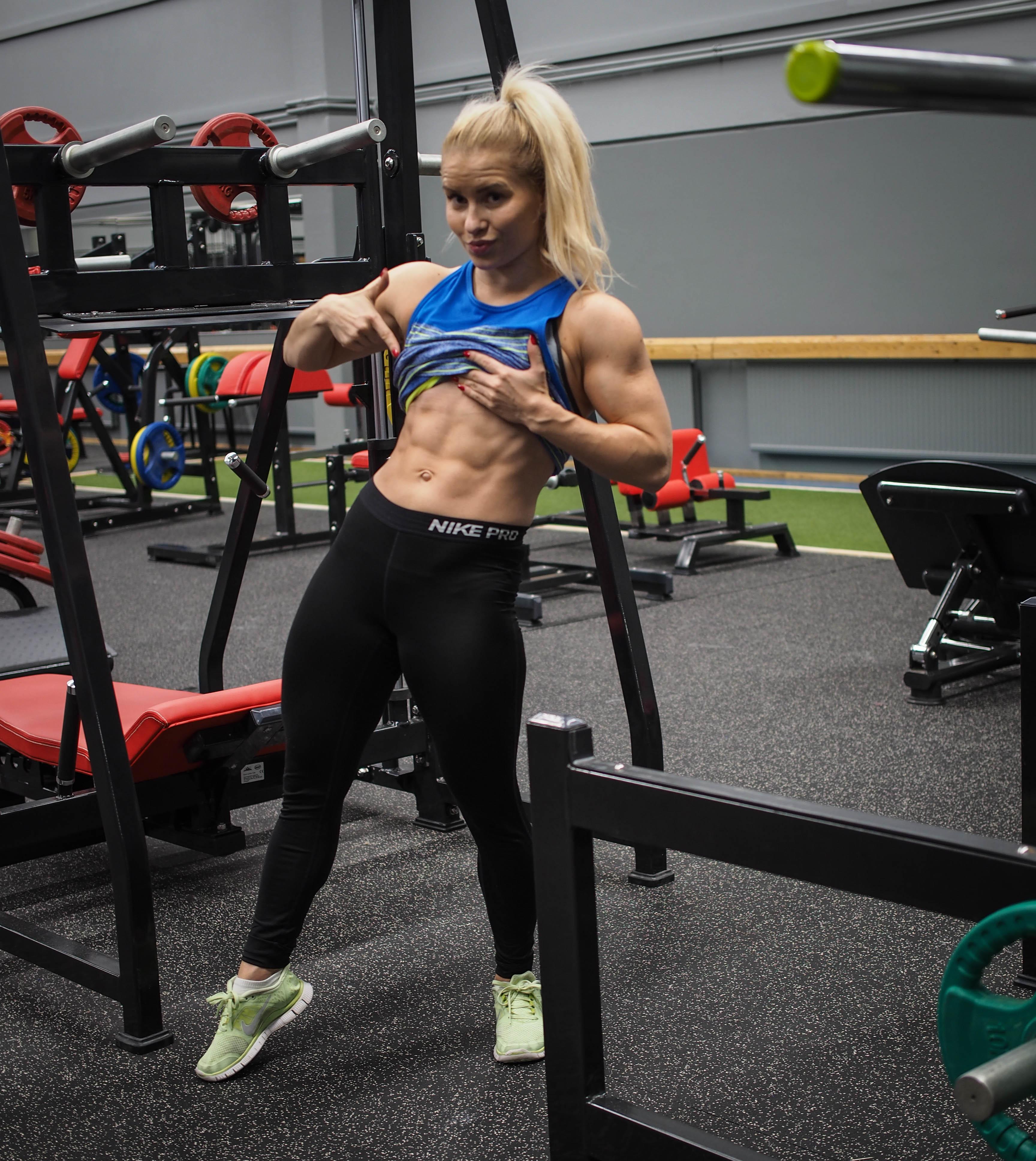 5 liikkeen vahvistava vatsalihastreeni + treenivideo