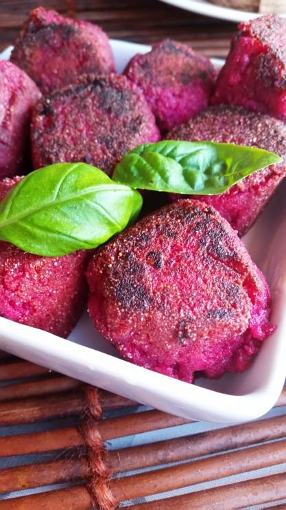 Hyödynnä hävikki: Rosollista valmistetut punajuurifalafelit ja minttu-valkosipulijogurttikastike