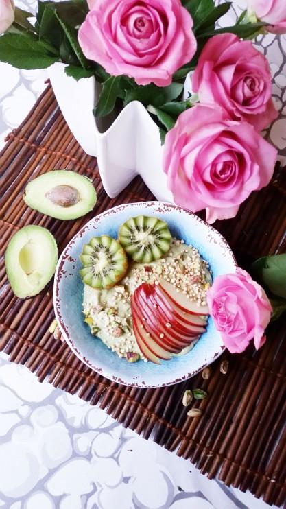 Ruusuvedellä terästetty smoothie bowl
