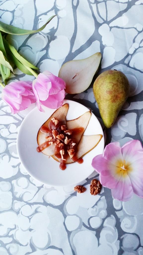 Paistetut päärynät kinuskikastikkeella (sokeriton, gluteeniton, vegaani)