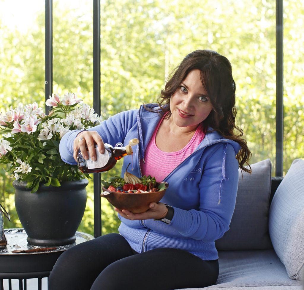 """IL20160601 Jyväskyläläinen Tiina Savolainen käyttää makeutusaineena vaahterasiirappia, """"se onhyväksi aivoille"""", hän sanoo."""