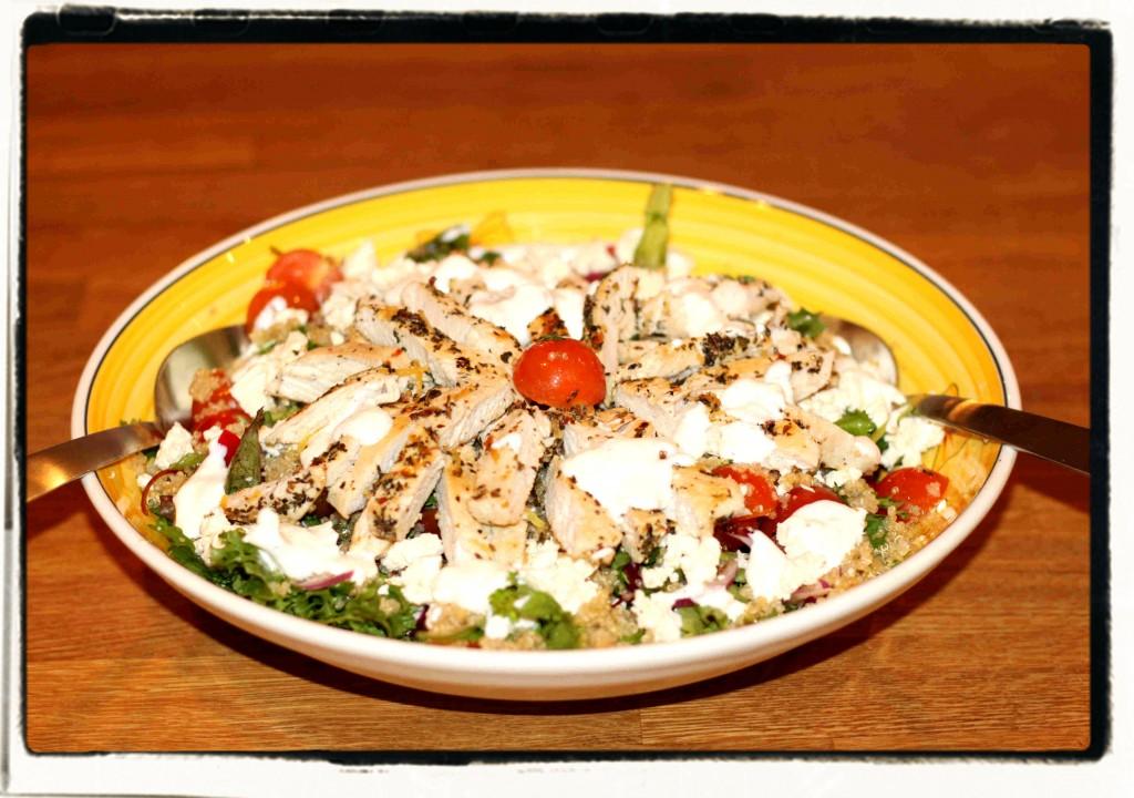 Salaattiin tuli: salaattisekoitusta, porkkanaa, kirsikkatomaattia, punasipulia, kapriksia, sitruuna-yrttimarinoitua kanaa, fetajuustoa, kvinoaa, sekä kermaviilikastiketta. Nam!