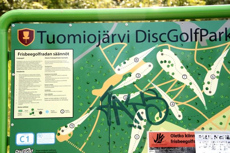 Tuomiojärven frisbeegolfrata lähtee beach volley-kenttien laidalta.