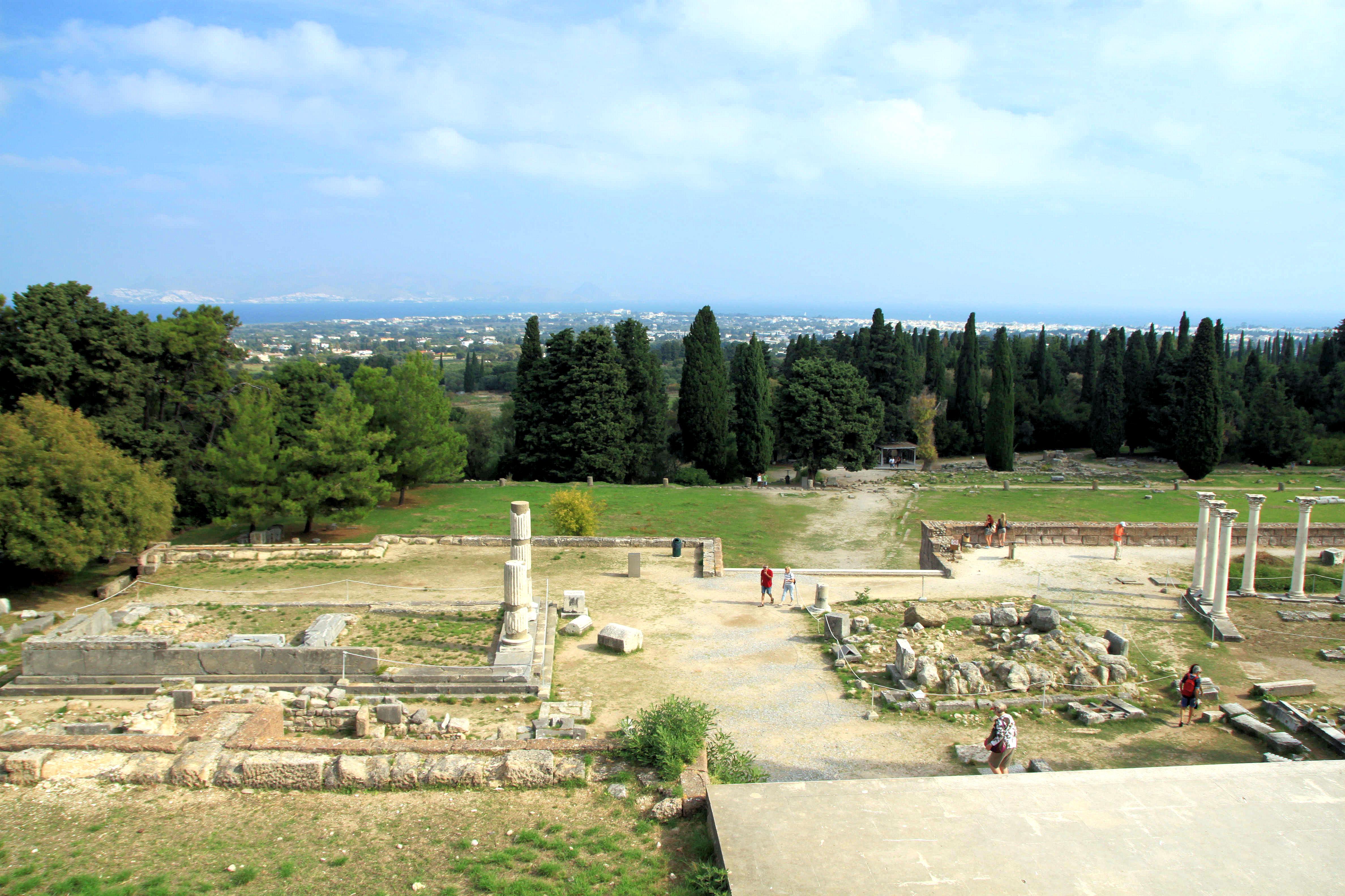 Asklepion on ehkä Kosin tunnetuin nähtävyys. Rauniot sijaitsevat rinteellä, 3,5 kilometrin etäisyydellä pääkaupungista. Asklepion on lääkinnän ja terveyden Asklepius-jumalalle pyhitetty temppeli, joka toimi terveyskeskuksena.