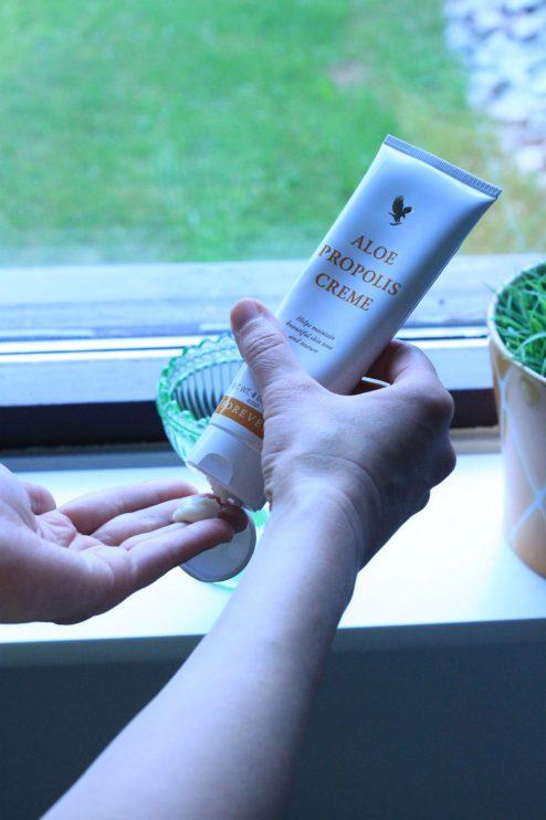 Aloe Propolis Creme -voiteen pohjana on aloe vera -geeli. Muut ainesosat ovat propolis, kamomilla, allantoiini, sekä A- ja E-vitamiini, joilla kaikilla on ihoa hoitavia ominaisuuksistaan. Voide sopii herkälle iholle ja koko keholle.