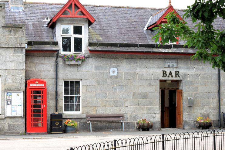 Kylältä löytyi hotelli, jonka yhteydessä oli baari. Käytiin siellä syömässä ja kahvilla.