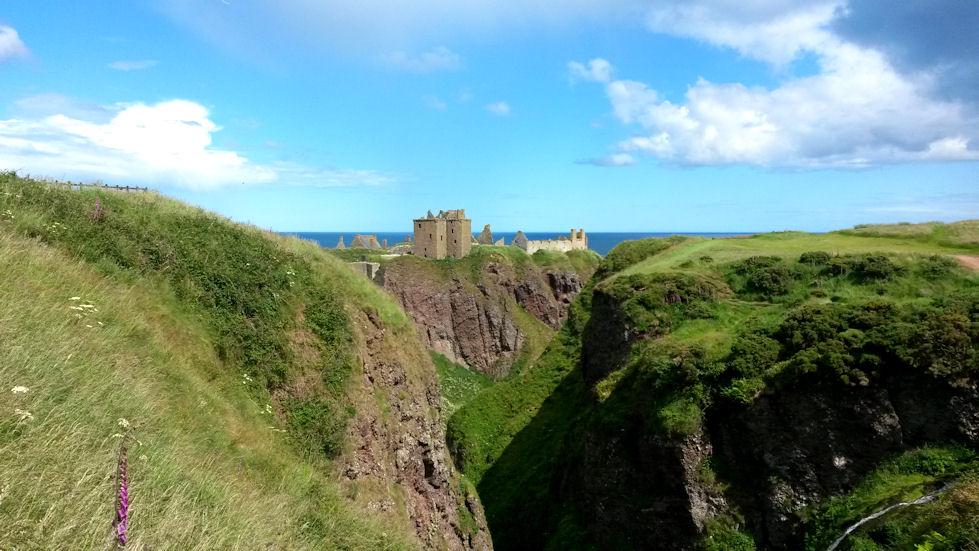 Dunnottar Castle sijaitsee kukkulan päällä.