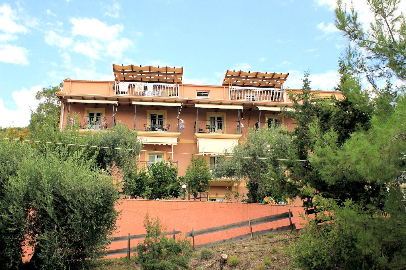 Meidän hotelli Pantheon sijaitsi 5 min kävelymatkan päässä keskustassa rinteessä oliivilehtojen lomassa.