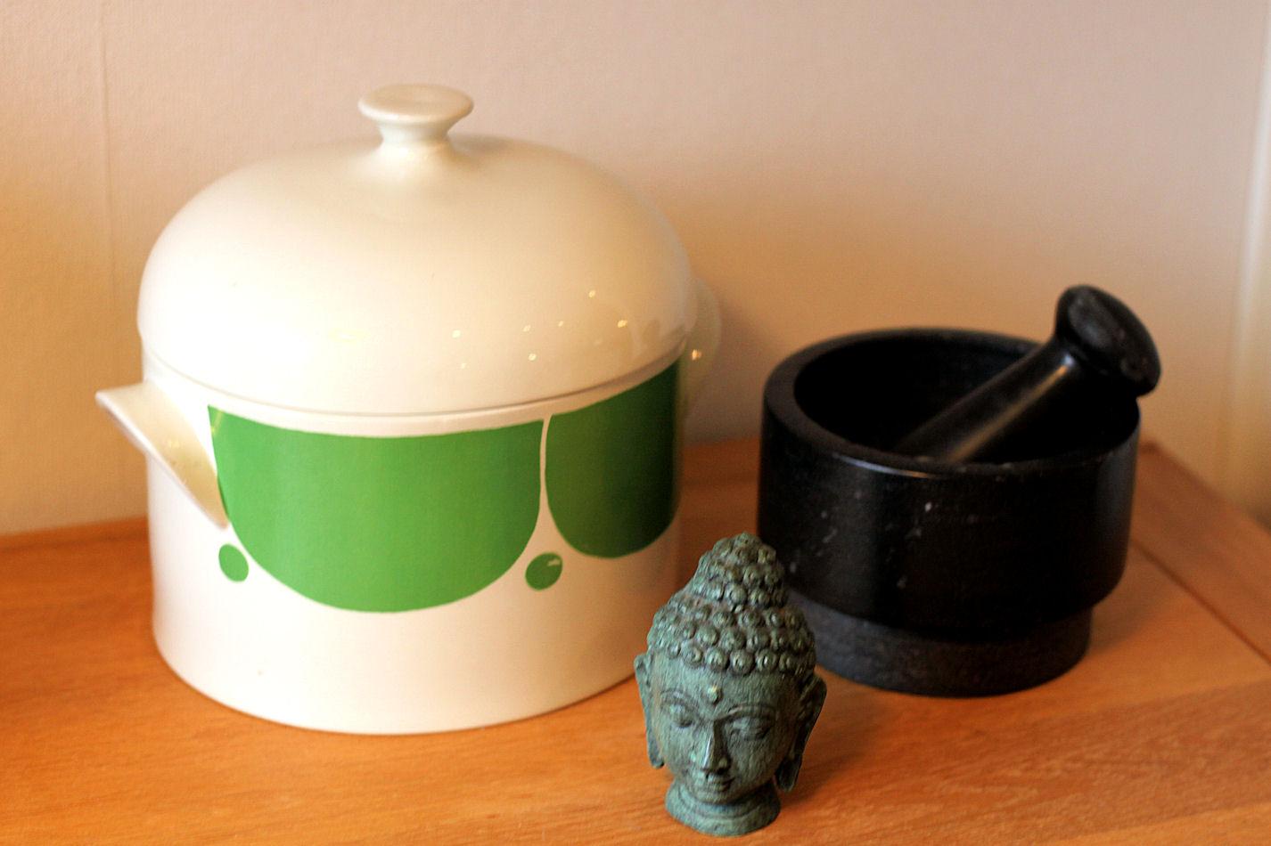 Kodissani ei ole yhtä tiettyä tyyliä, vaan esillä on rakkaita esineitä. Vihreävalkoinen pata on äitini peruja, ja Buddha on saatu tädiltäni häälahjaksi.