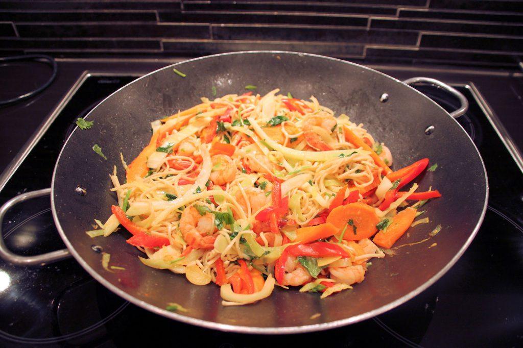 Chow mein (paistetut nuudelit katkaravuilla)