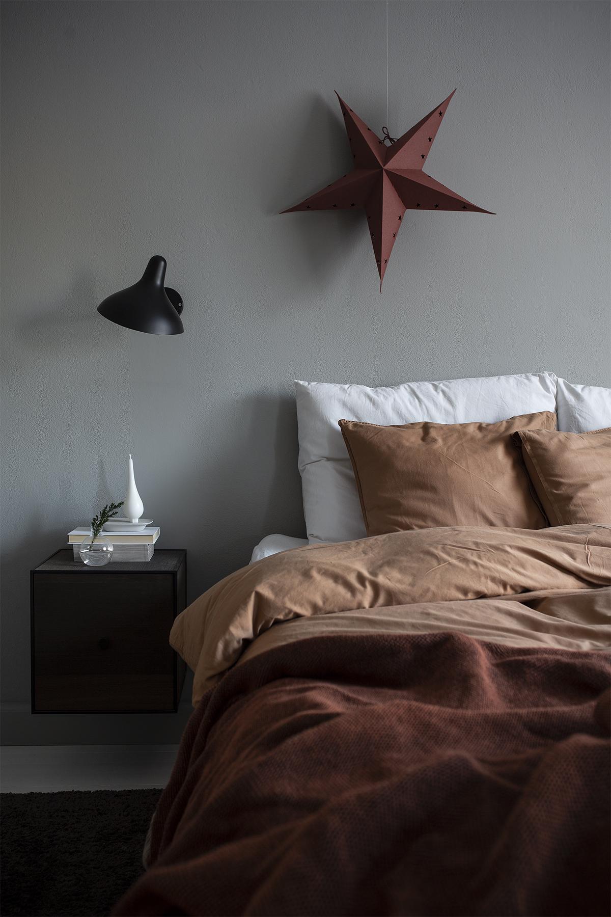 Makuuhuoneen joulutunnelmaa: ruosteenpunaista ja piparinruskeaa
