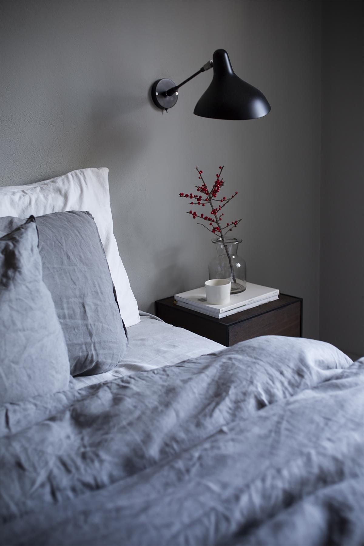 Männynvihreää ja punaisia pisteitä – makuuhuoneen hillitty joulutunnelma