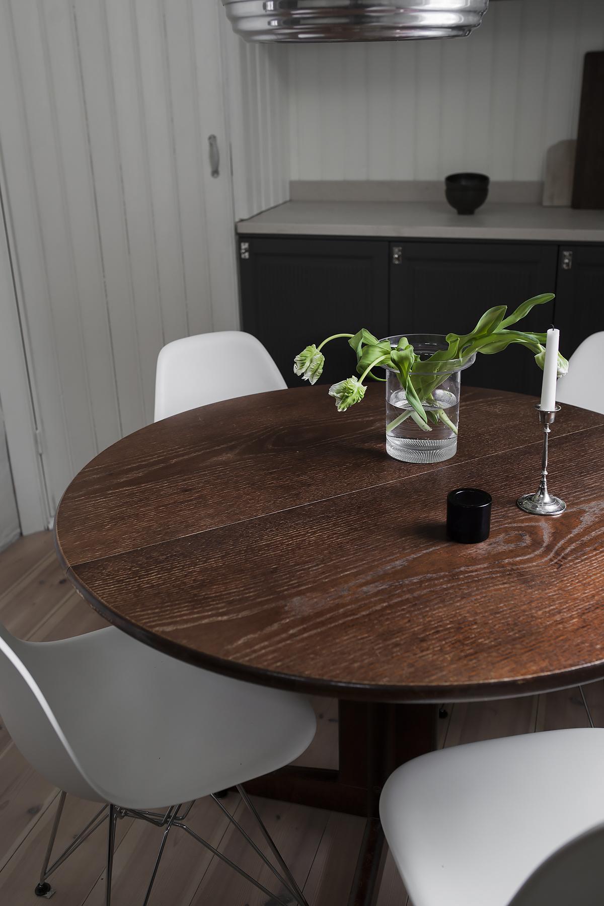 vanha pyöreä ruokapöytä