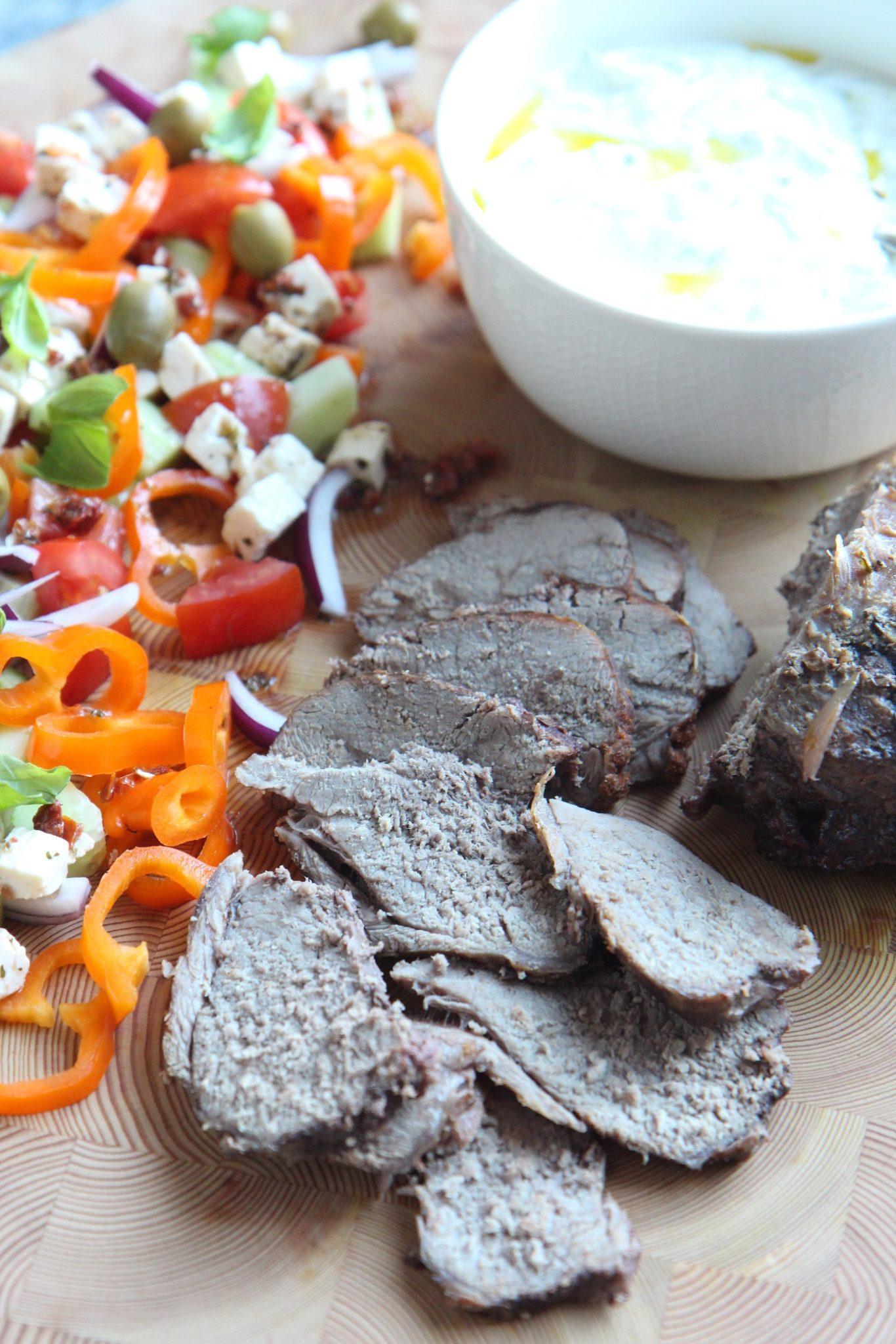 Viikko 10: Pitkään haudutettu karitsan paisti kreikkalaisen salaatin ja tzatzikin kera