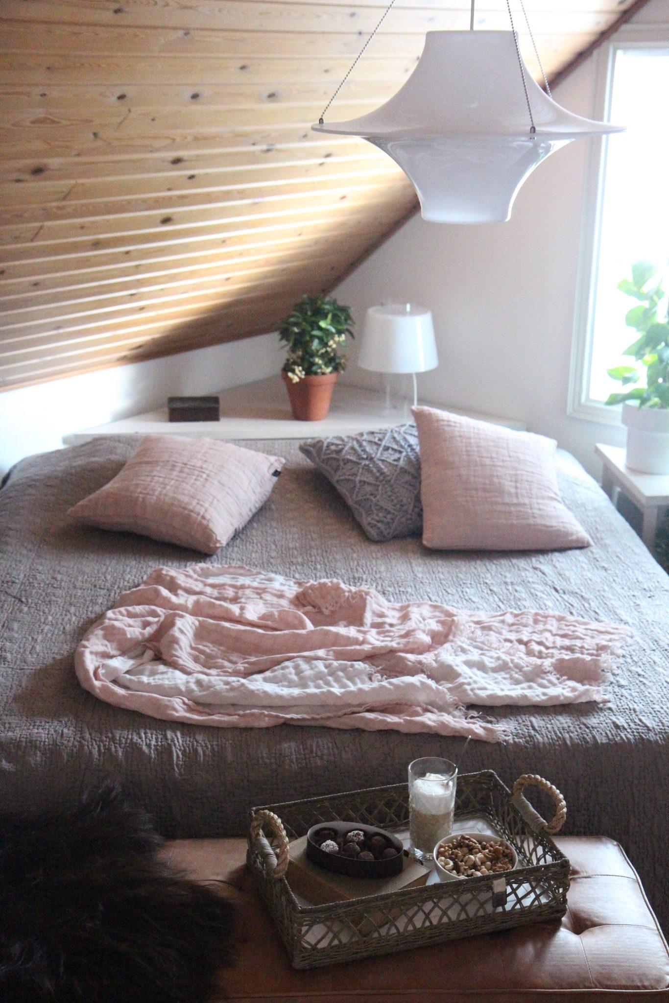 Makuuhuoneen kevätsävyt minkkiä ja puuteriroosaa