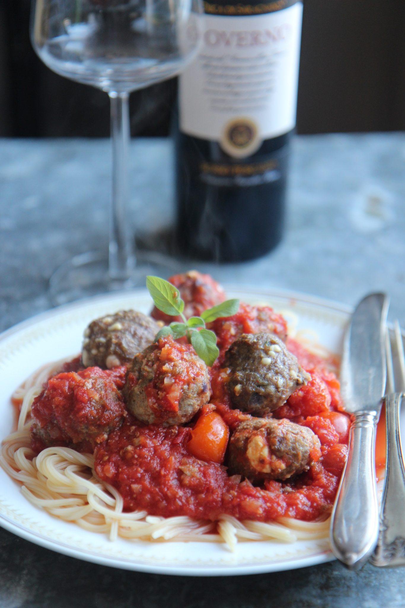 Viikko 12: Fetalla ja salvialla maustetut karitsanpyörykät tomaattikastikkeessa