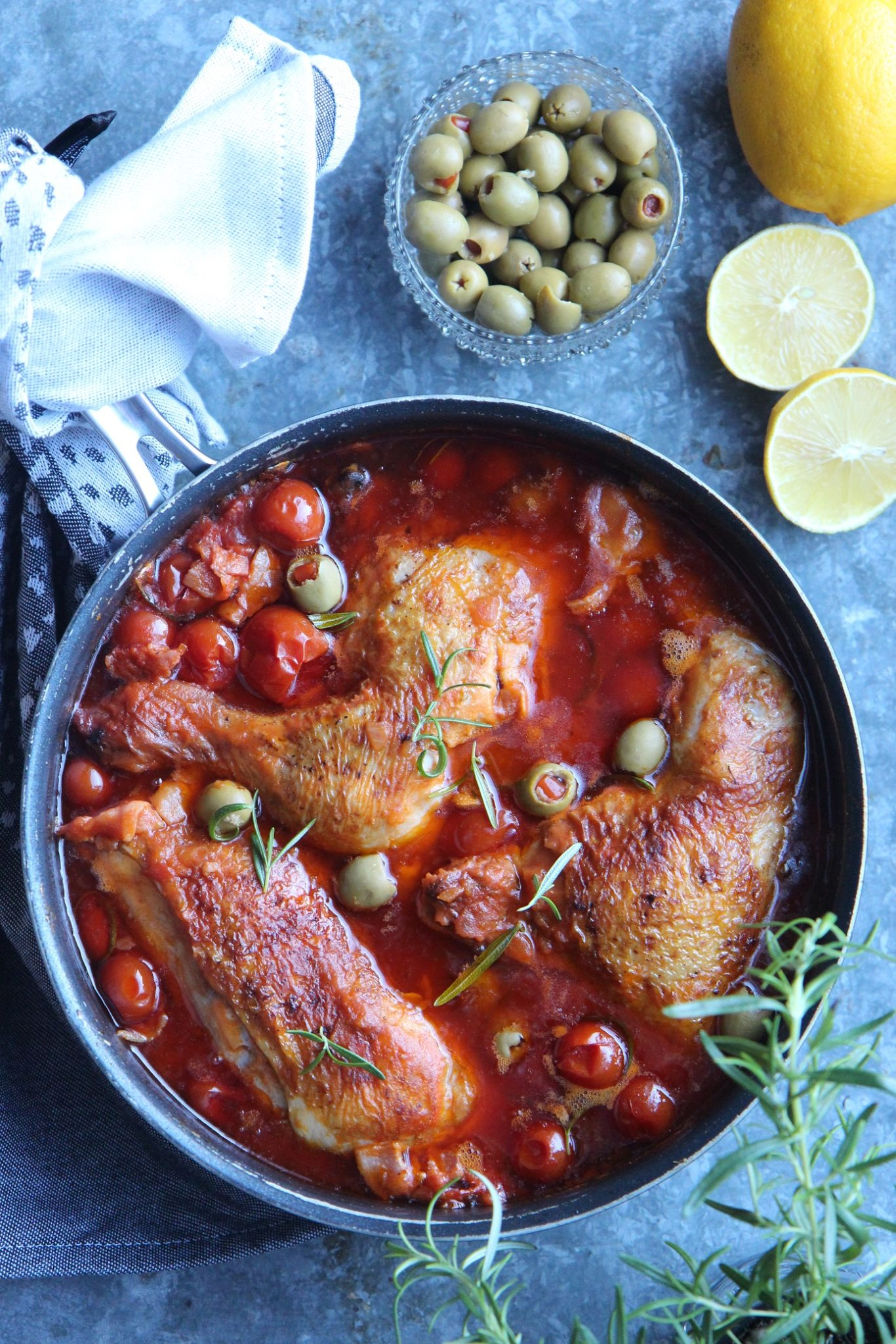 Kun syksy hiipii lautaselle – kanaa tomaattikastikkeessa