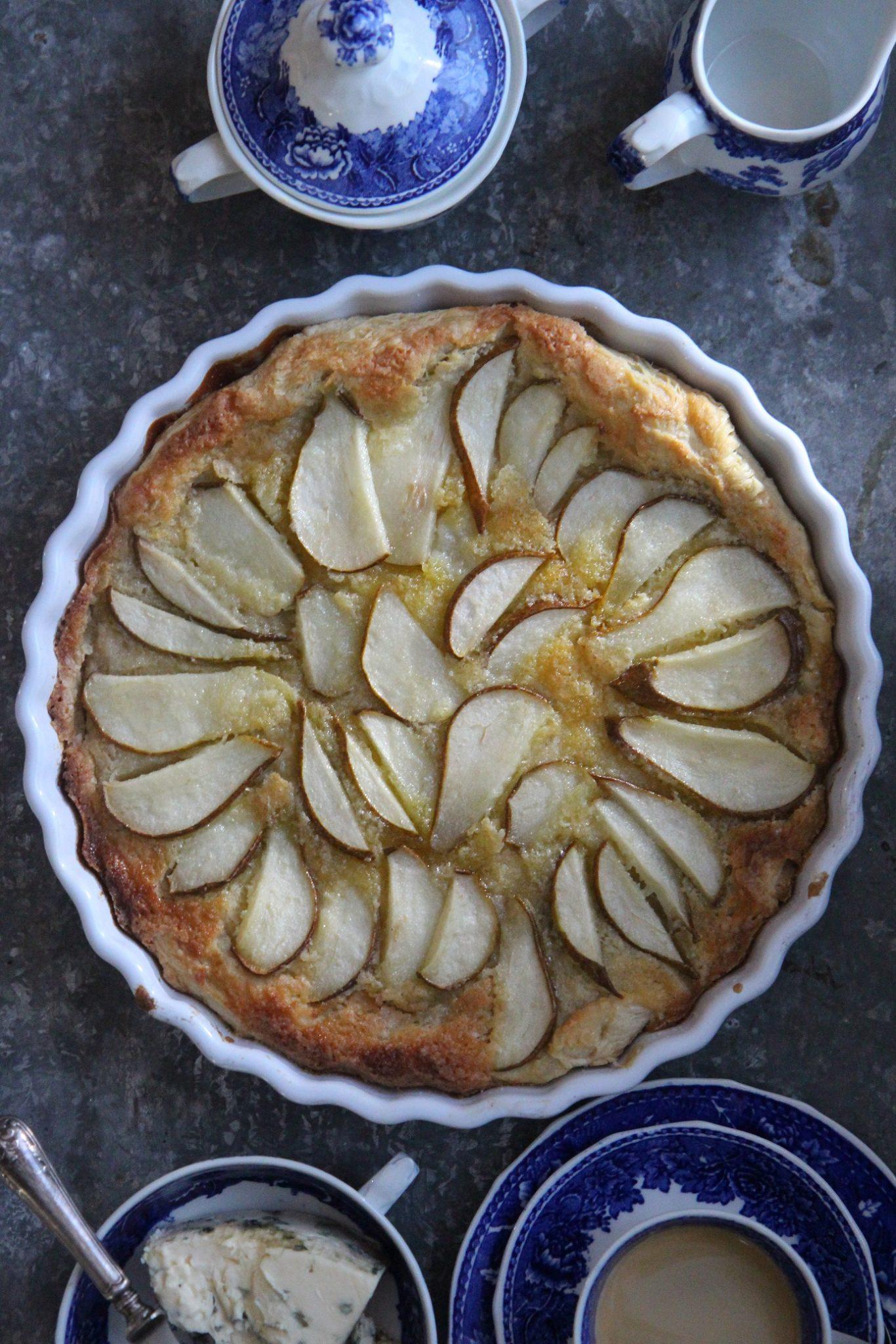 Helppo päärynäpiirakka homejuustolla ja calvadoksella