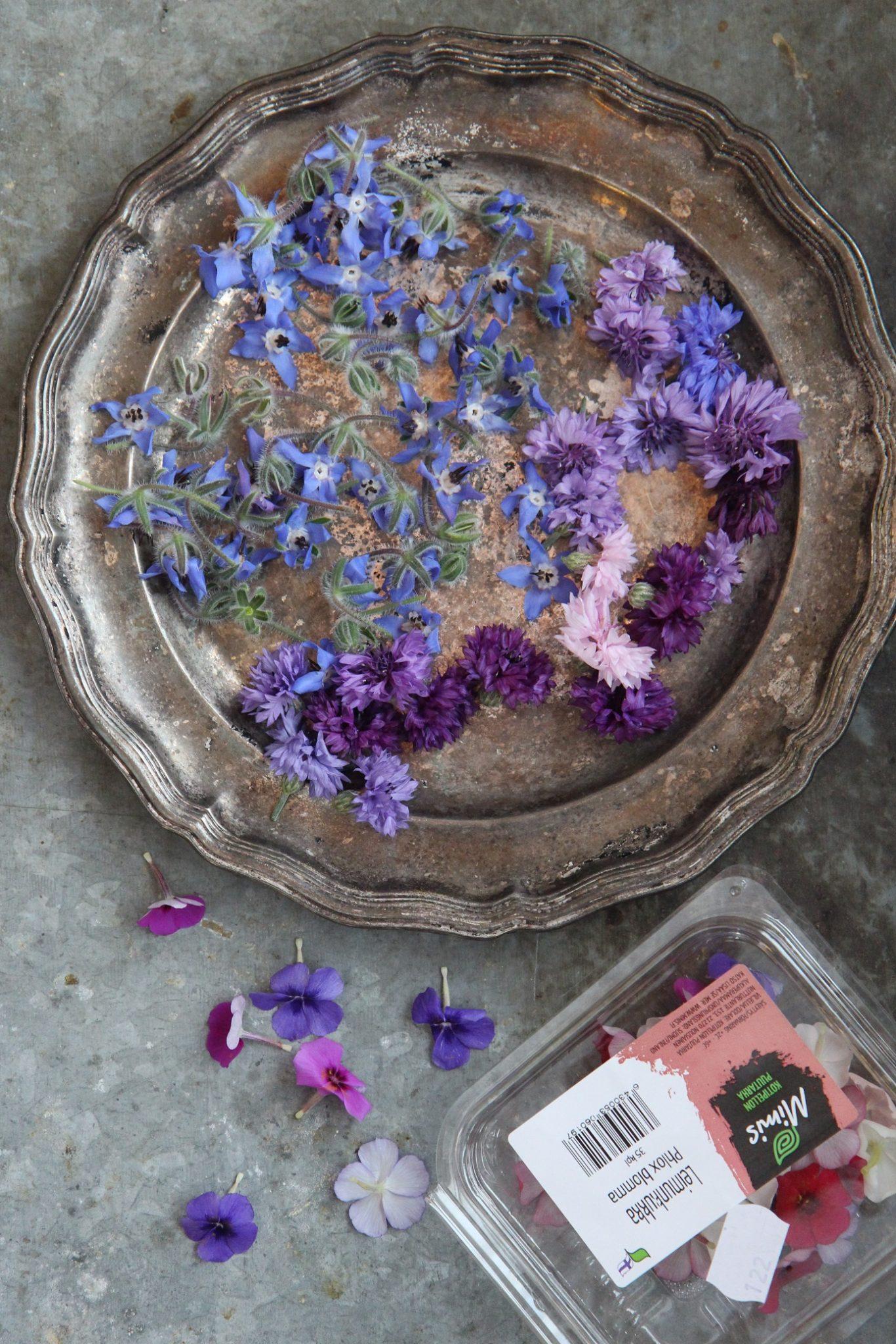 Kesäisiä kukkakakkuja