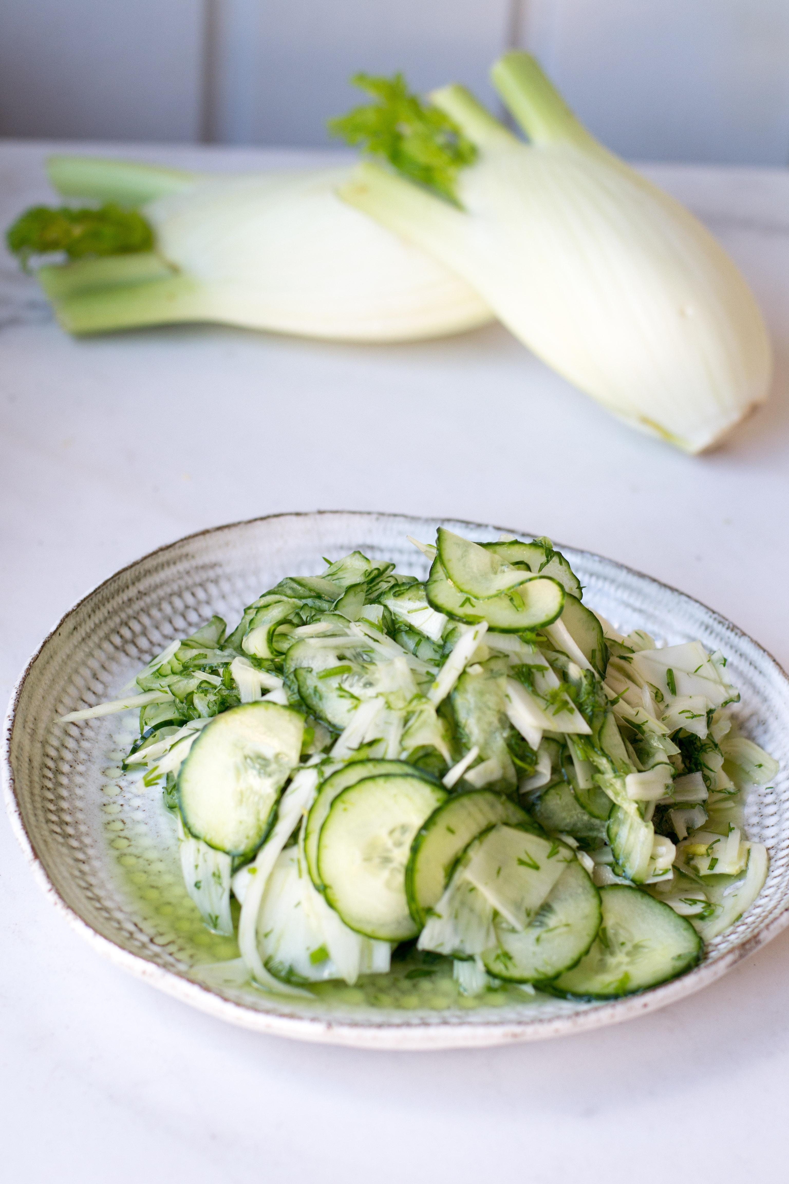 Hölskytetty fenkoli-kurkkusalaatti