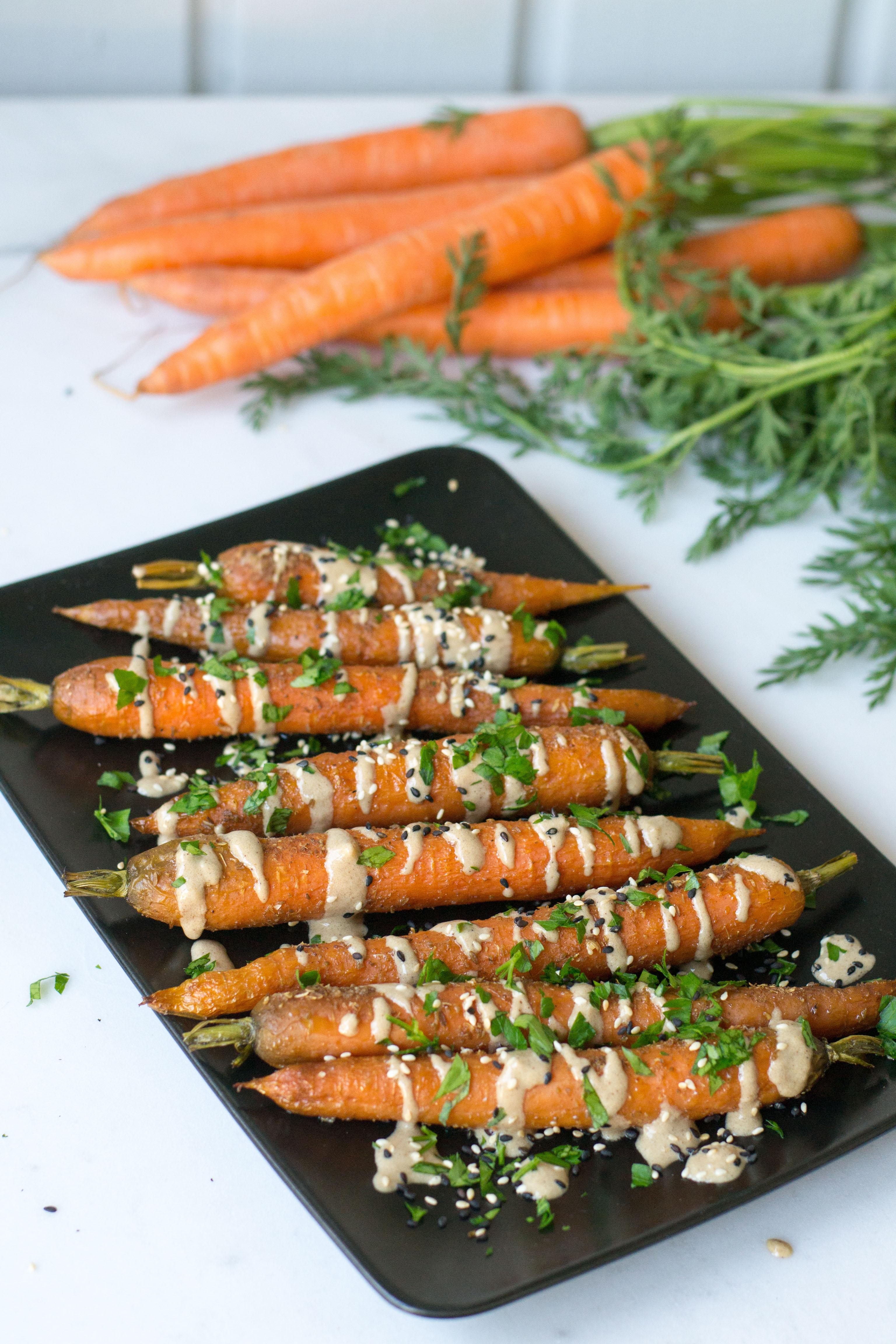 Paahdetut porkkanat tahinikastikkeella