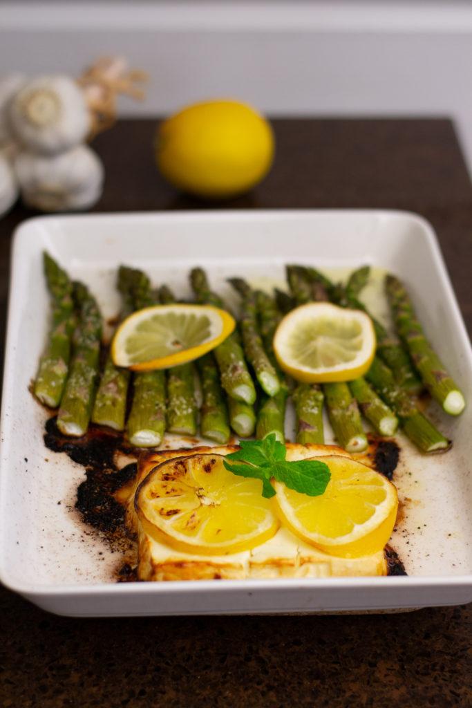 Uunissa paahdettua parsaa ja fetaa