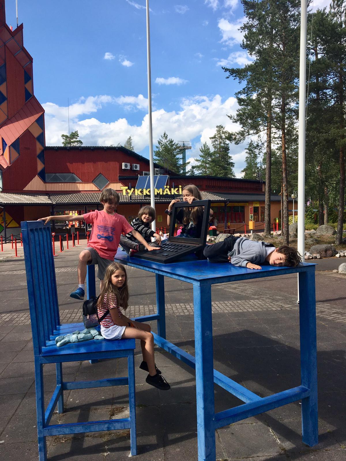 Lapset Tykkimäen portilla