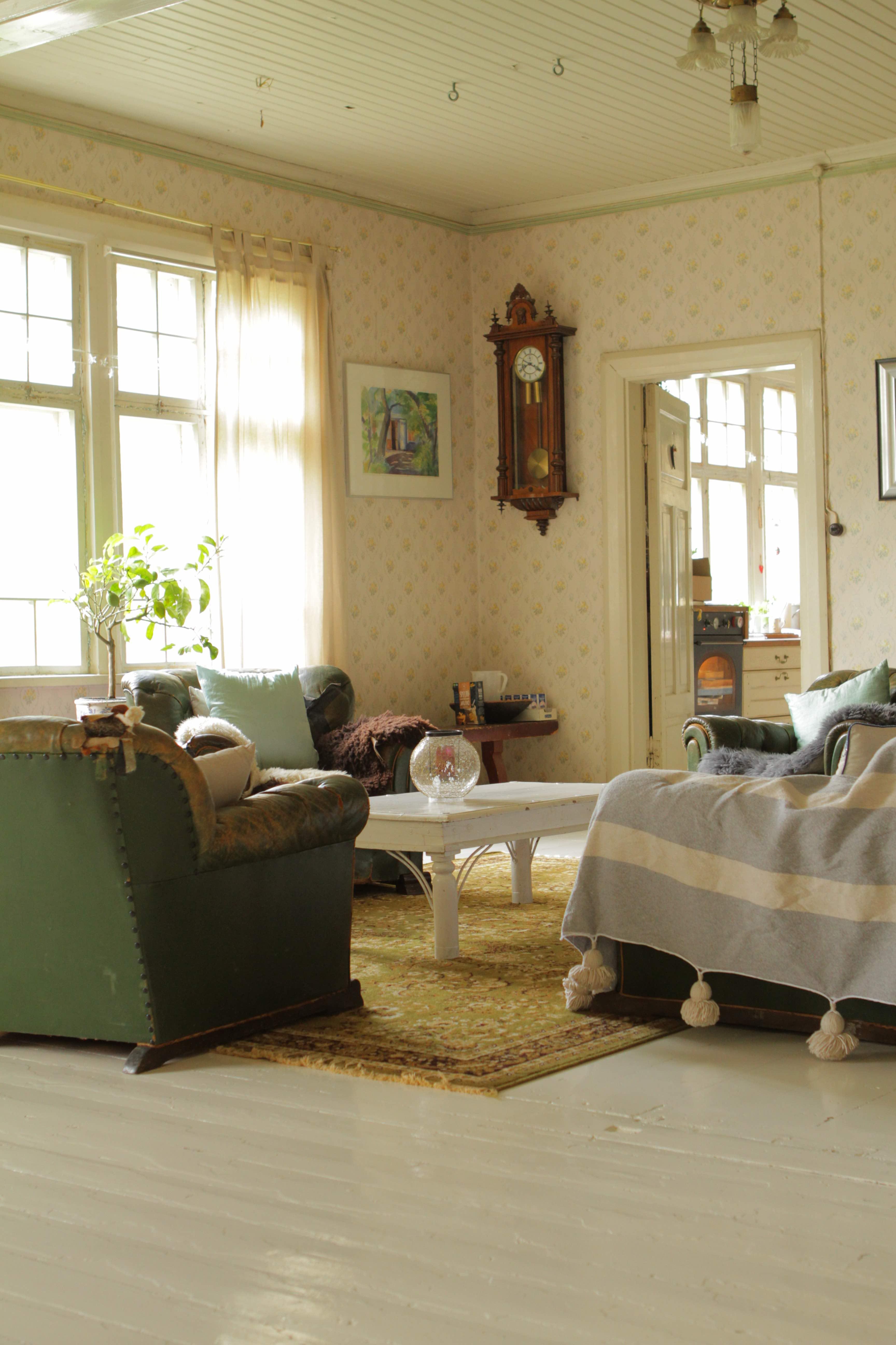 living room, old house, old house decoration, maalaisromanttinen sisustus, sisustusidea, sohva, sohvan peite, sohvatuoli, vanha sohvaryhmä, chippendale sohva