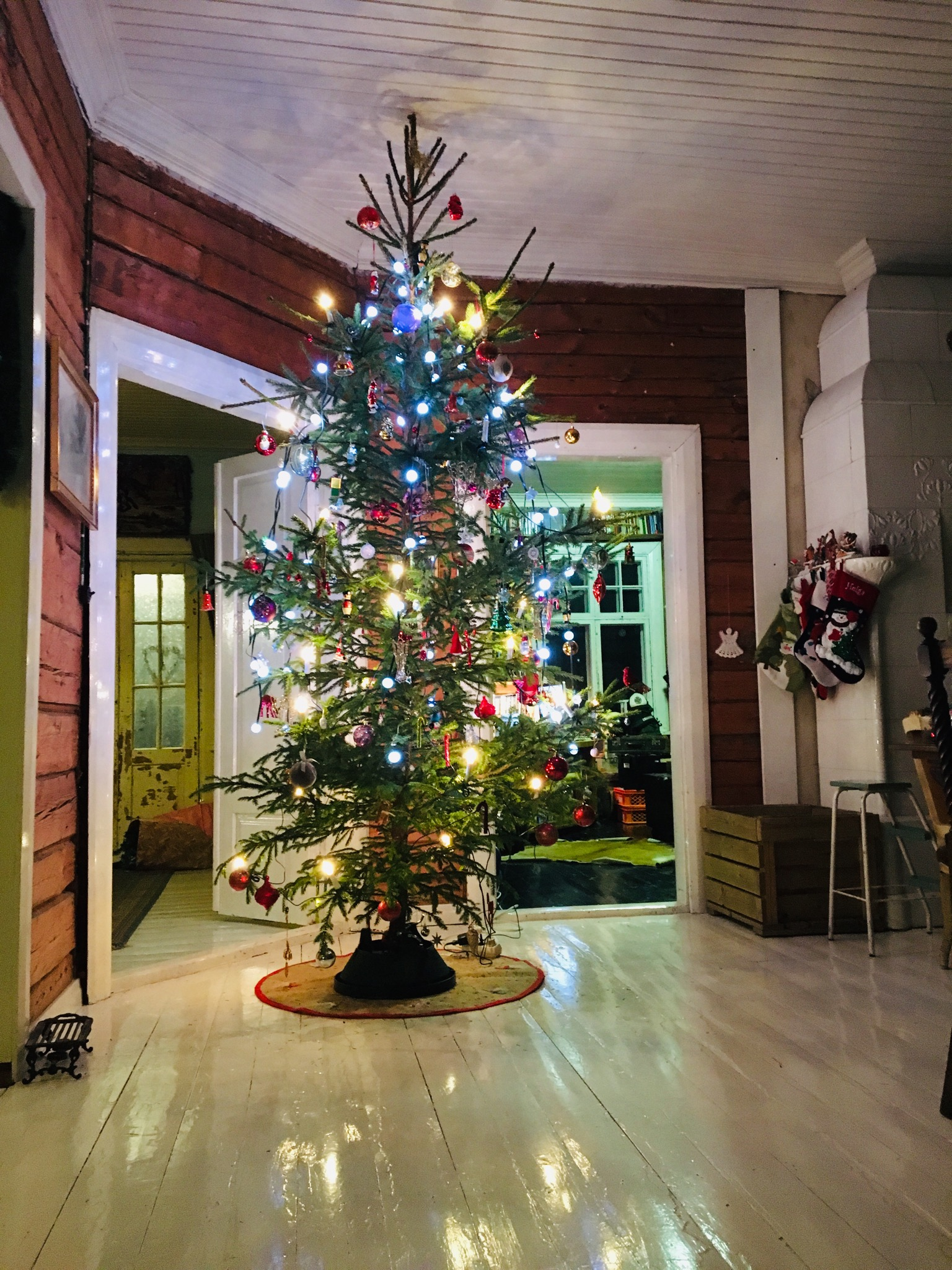 old wooden house, old house, Christmas decorations, joulupuu, joulukuusi, aito joulukuusi, cristmas decor, Christmas tree, Christmas tree decosrations