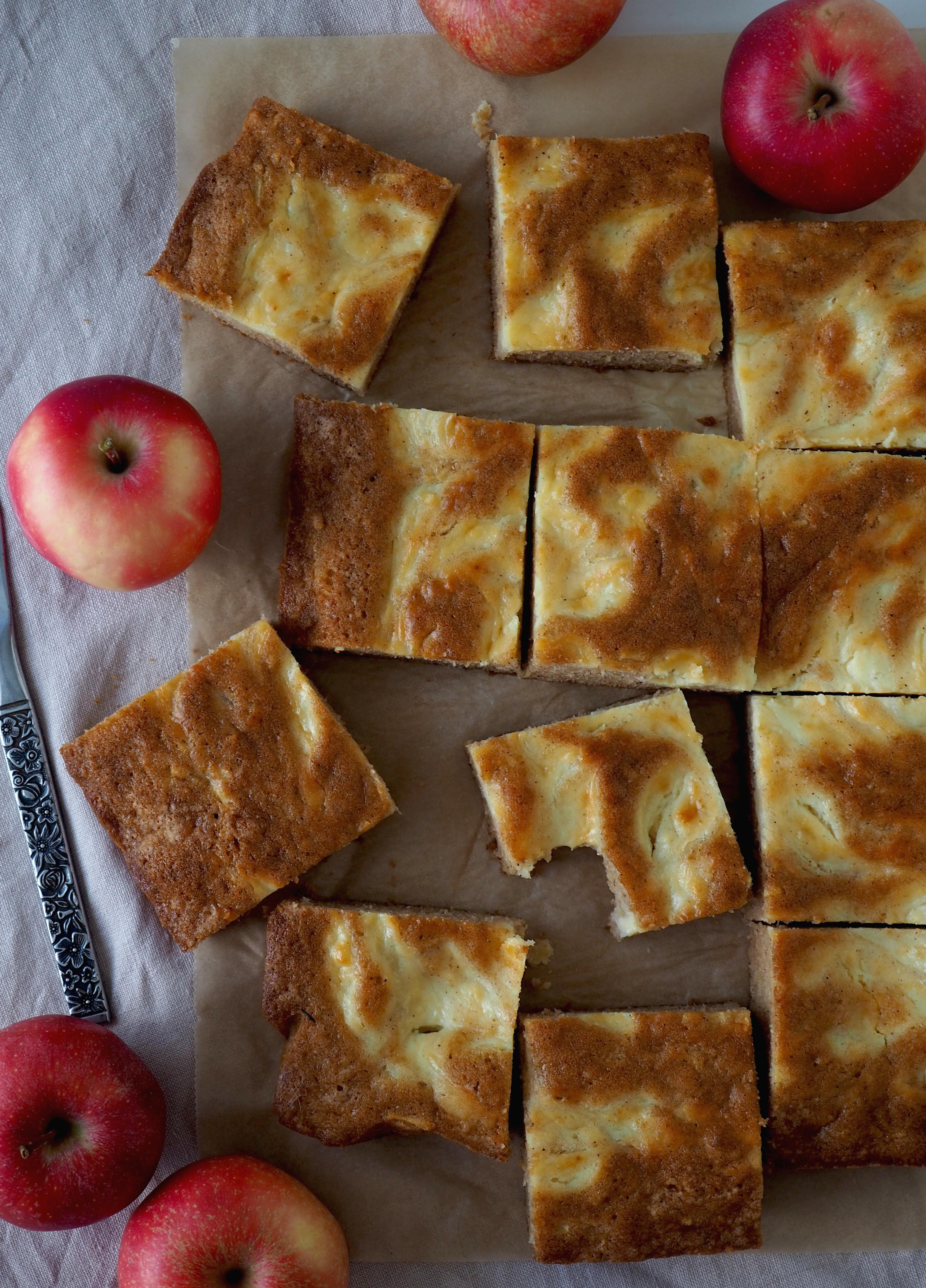 omenajuustokakkupalat