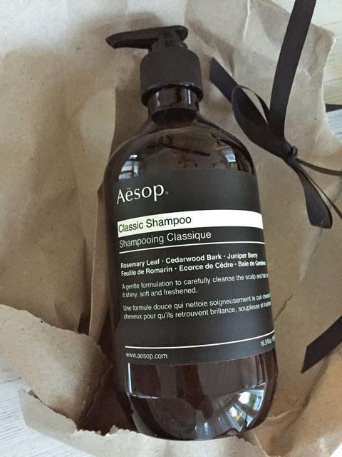 shampoossa tuoksuu rosmariini, havupuunkuori ja katajanmarja