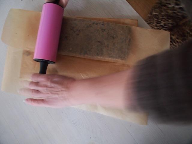 Kaulitsin limpun tasaiseksi kahden leivinpaperin välissä