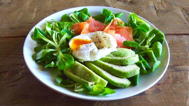 Saatti ei kaipaa kastiketta, mutta aina voi tiputella hiukan sitruunalla maustettua oliiviöljyä salaatin pinnalle