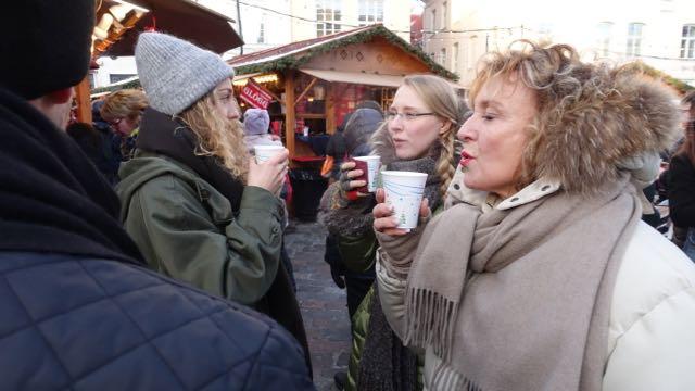 Joulumarkkinat Katri, Carolina ja minä hörpitään kuumaa juomaa.