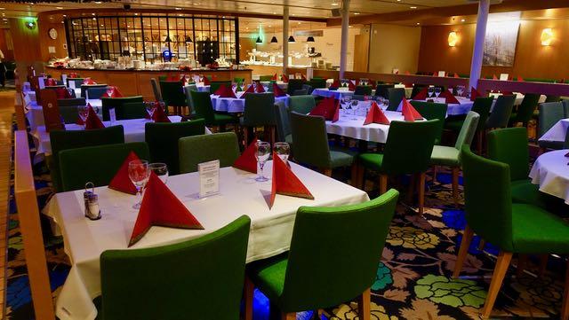 Jouluiset pöydät odottavat matkustajia