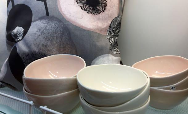 Eckerön pop up -kaupassa oli myytävänä myös kauniita Pentikin astioita