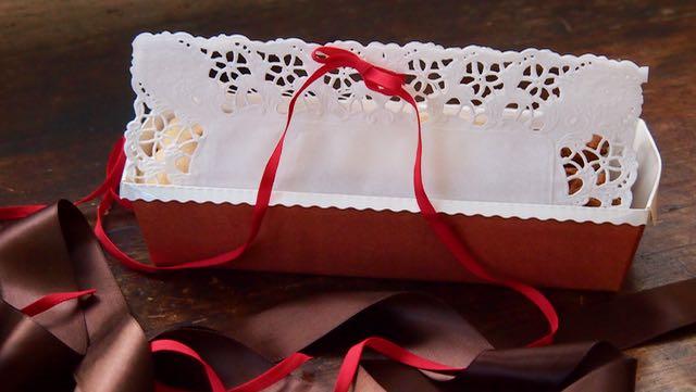 Suljin pakkauksen sitomalla kakkupaperin kiinni punaisella rusetilla