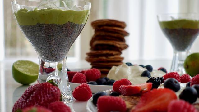 Väipalaksi vaniljaista chiavanukasta ja avocadoa tai proteiinipannareita, marjoja ja kreikkalaista jugurttia