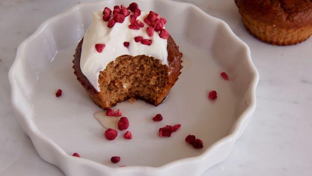 Muffinin päällä on kreikkalaista jugurttia ja pieni tiraus agavesiirappia ja kuivattua vadelmaa