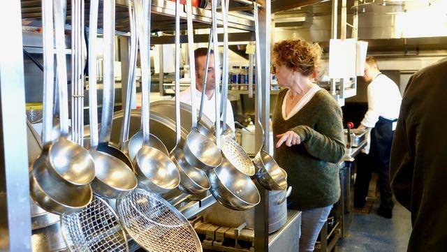 laivan keittiö on tehokas ja koko ajan käytössä.