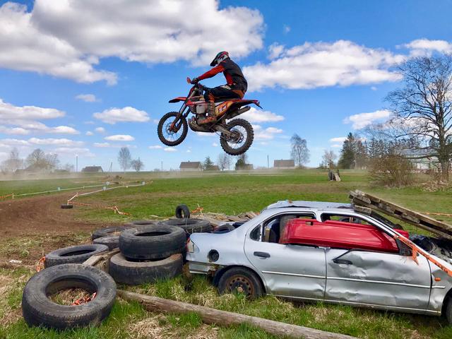 Minusta lentävät moottoripyörät on ihan parasta katsottavaa!