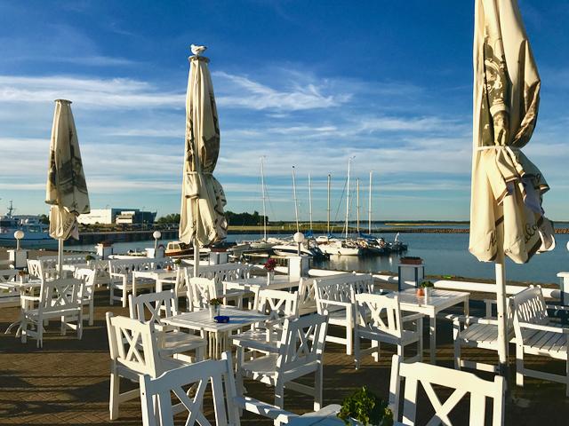 Viileän mutta aurinkoisen päivän iltana ei jahtisataman ravintolassa ollut ruuhkaa. Istuimme sisätiloissa.