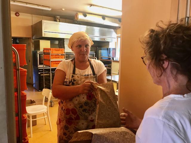 Lämmintä Saarenmaan leipää! Niin hyvää. JOs sen ostaa kotimatkalla, se säilyy loistavasti kotiin saakka - ellei sitä syö matkalla - tuoksu on uskomaton!