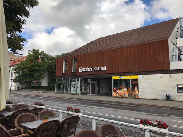 Rahva raamat -kirjakauppa on samassa talossa kuin R-kioski, josta saa usein ostaa päivän vanhan Hesarin