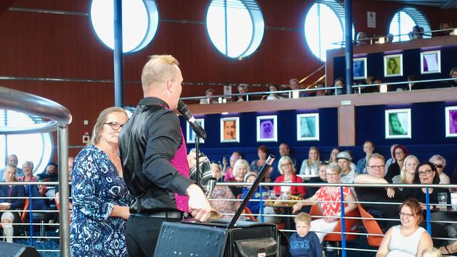Taikuri hauskuuttaa yleisöä m/s Finlandian Bar Nosturissa