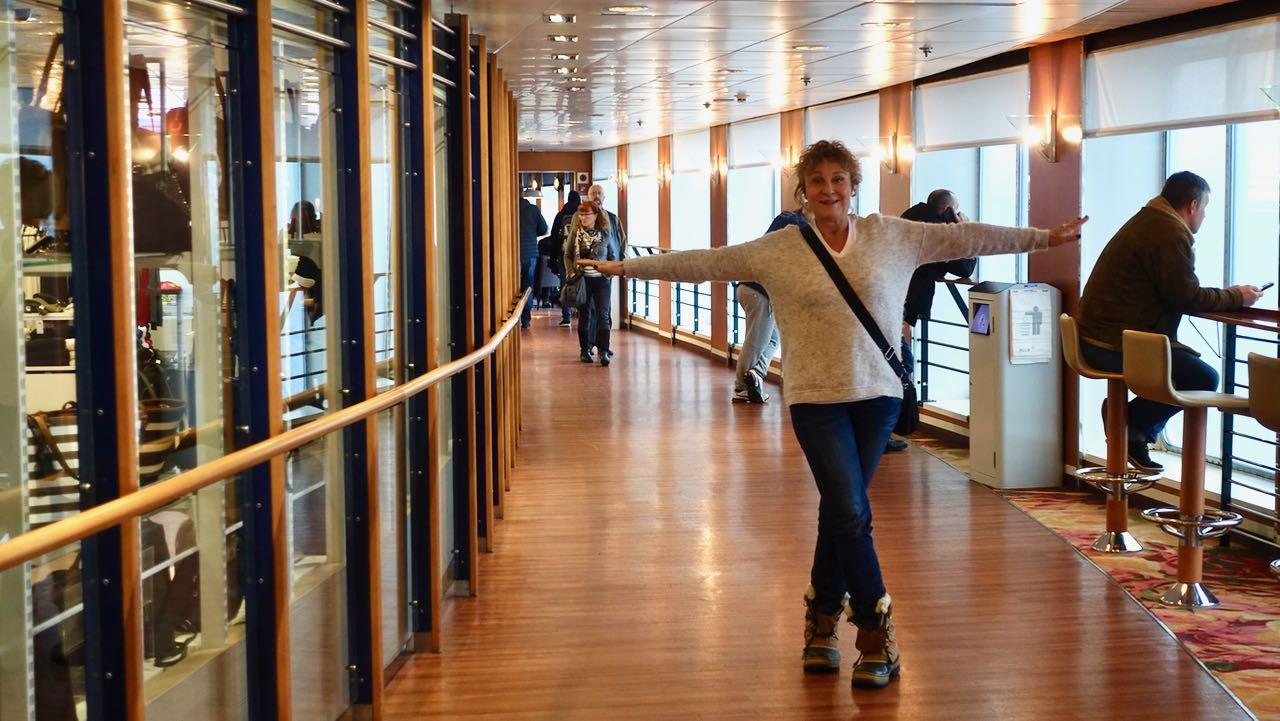 Hanna seisoo laivan käytävällä